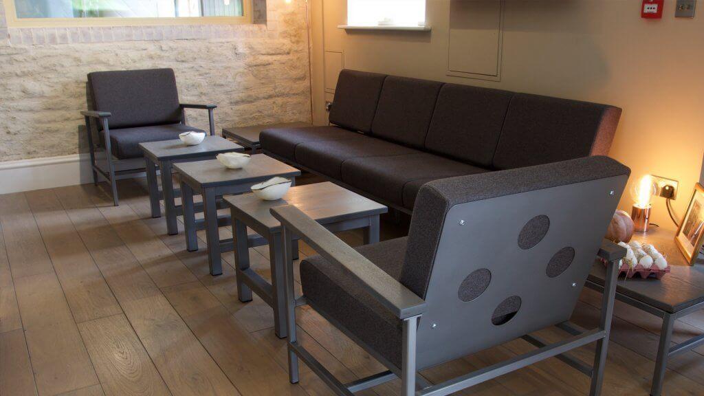 Furnitur cafe dengan desain industrial
