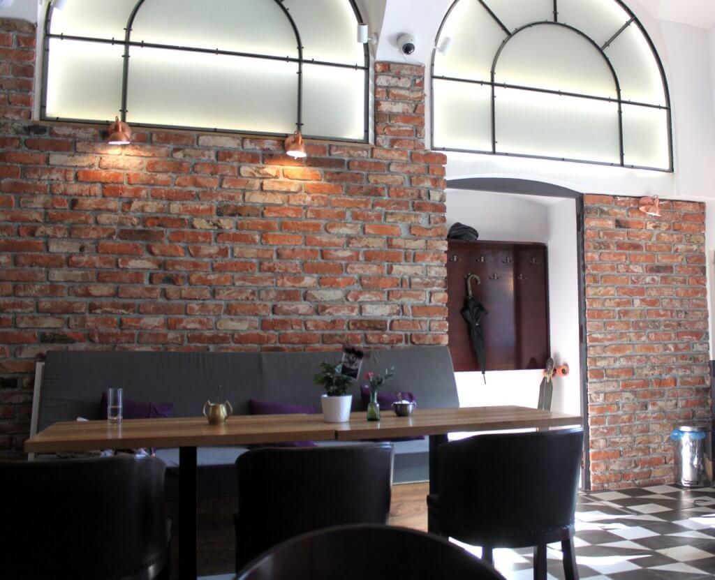 Penggunaan dinding batu bata ekspos dalam desain interior cafe di rumah